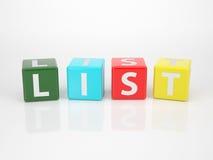 Listan ut ur mångfärgad bokstav tärnar Arkivfoton
