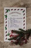 Liste d'achats de Noël avec la branche impeccable, les ornements et les confettis verts Image stock
