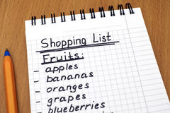 Liste d'achats manuscrite de fruits avec le stylo Photographie stock libre de droits