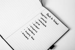 Liste d'achats manuscrite de nouveau à fournitures scolaires photographie stock