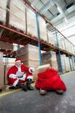 Liste de contrôle du père noël de cadeaux dans l'entrepôt Photos stock