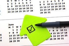 Liste de contrôle verte sur le calendrier Image stock