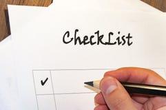 liste de contrôle vide sur la feuille de la table A de papier en bois devant un homme avec les mots : Liste de contrôle Planifica photographie stock