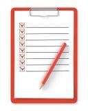 Liste de contrôle. Presse-papiers et crayon rouges sur le blanc Photographie stock libre de droits