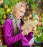 Liste de livre pour la saison d'automne Passe-temps intellectuel La fille reposent le banc détendant avec le fond de nature de ch image stock