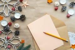 Liste de souhaits vide à la décoration de Santa et de Noël sur le fond de papier de métier avec l'espace libre photo libre de droits