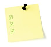 Liste de To-Do jaune avec la punaise et les checkboxes Photographie stock libre de droits