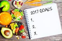 Liste mit 2017 Zielen mit Notizbuchobst und gemüse - Lizenzfreies Stockbild
