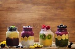 Liste von gesunden Frühstück Smoothies in den Gläsern stockfoto