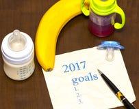 Liste 2017 von Zielen auf einem Blatt Papier mit einem Friedensstifter und einem bab Lizenzfreie Stockfotos