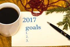 2017 Liste von Zielen auf Papier, ein Holztisch mit einem Tasse Kaffee Stockbild