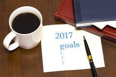 2017 Liste von Zielen auf Papier, ein Holztisch mit einem Tasse Kaffee Lizenzfreies Stockbild