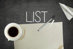 Listen Sie Konzept auf schwarzer Tafel mit leerem Papier auf Stockbild