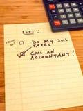 Listen Sie mit dem Taschenrechner, der erinnert, um Buchhalter anzurufen auf, kopieren Sie Raum Lizenzfreie Stockfotos