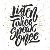 Listen sprechen zweimal einmal Hand gezeichnet, Phrase auf weißem Hintergrund beschriftend lizenzfreie abbildung