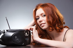 listening radio woman young στοκ εικόνες με δικαίωμα ελεύθερης χρήσης