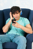 Listening to music with the smart phone Royalty Free Stock Images