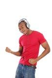 listenning人音乐的耳机对年轻人 免版税库存图片