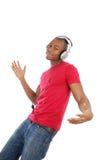 listenning人音乐的耳机对年轻人 免版税图库摄影