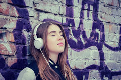 Listerning Musik der Jugendlichen Stockfotografie