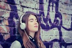 Listerning musik för tonårs- flicka Arkivbild
