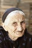 listig blickpensionärkvinna Arkivfoton