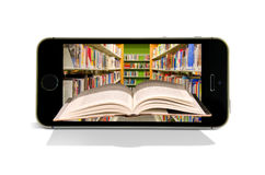 Listines de teléfonos elegantes celulares que leen la biblioteca en línea imagen de archivo