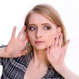 Listnening Geste der jungen Frau Lizenzfreie Stockfotografie