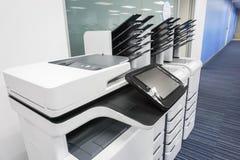 Listo de disposición de impresoras de oficina para los documentos de negocio de impresión fotografía de archivo
