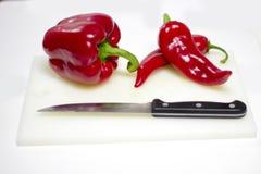 Listo grande y pequeño de la pimienta roja para ser cortado y para ser cocinado Imagen de archivo