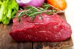 Listo para guisar cortada carne de vaca cruda fresca Fotografía de archivo libre de regalías