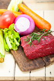 Listo para guisar cortada carne de vaca cruda fresca Imagen de archivo libre de regalías