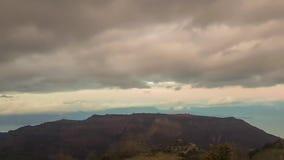 Listo para llover en la montaña de Kalavrita en Grecia Movimiento dramático de la nube metrajes