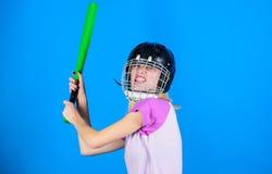 Listo rechace el ataque La mujer disfruta del juego de béisbol del juego Mujer en deporte del béisbol Béisbol rubio bonito confia foto de archivo