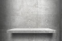 Listo superior de los estantes vacíos para el montaje de la exhibición del producto; estantes del cemento y fondo gris del cement fotografía de archivo