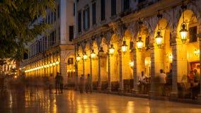 Liston街道在科孚岛海岛,希腊上的晚上 免版税库存图片