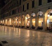 Liston gata på natten på Corfu Royaltyfri Foto