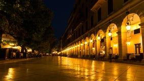 Liston gata på natten på den Kerkyra staden, Grekland Royaltyfria Foton