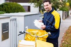 Listonosz dostarcza listy skrzynka pocztowa odbiorca fotografia stock