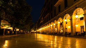 Listonstraat bij nacht op Kerkyra-Stad, Griekenland Royalty-vrije Stock Foto's