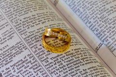 listopad 04 2016 Dwa obrączek ślubnych na biblii Obrazy Royalty Free