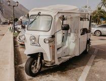 30 2018 Listopad, elektryczny turystyczny pojazdu czekać na pasażery na Kotor zatoce, Montenegro fotografia stock