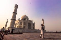Listopad 02, 2014: Muzułmański pielgrzym przy Taj Mahal w Agra, Wewnątrz Obrazy Royalty Free