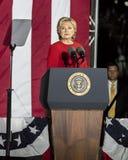 LISTOPAD 7, 2016, niezależność HALL, PFIL , PA - Hillary Clinton Trzyma wybory wigilię Wydostawał Się głosowanie wiec Z Bruce Spr Fotografia Stock