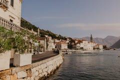 30 2018 Listopad Piękny śródziemnomorski krajobraz - grodzki Perast, Kotor podpalany Bok Kotorska, Montenegro - Wizerunek obrazy royalty free