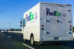 Listopad 25, 2018 San Jose, CA, usa/- Fedex ziemi ciężarówki drivi obrazy stock