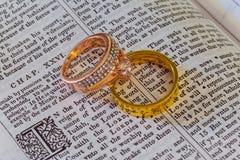 listopadu 04 2016 obrączka ślubna na biblii otwartej małżeństwa święte pisma Zdjęcia Stock