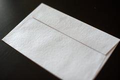 Listowa koperta na czarnym tle egzamin próbny dla twój projekta zdjęcia royalty free