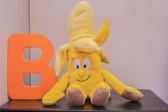Listowy abecadło b blisko bananowej kukły Zdjęcia Stock
