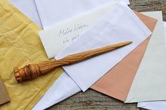 Listowy otwieracz w drewnie i otwartej poczta Fotografia Royalty Free